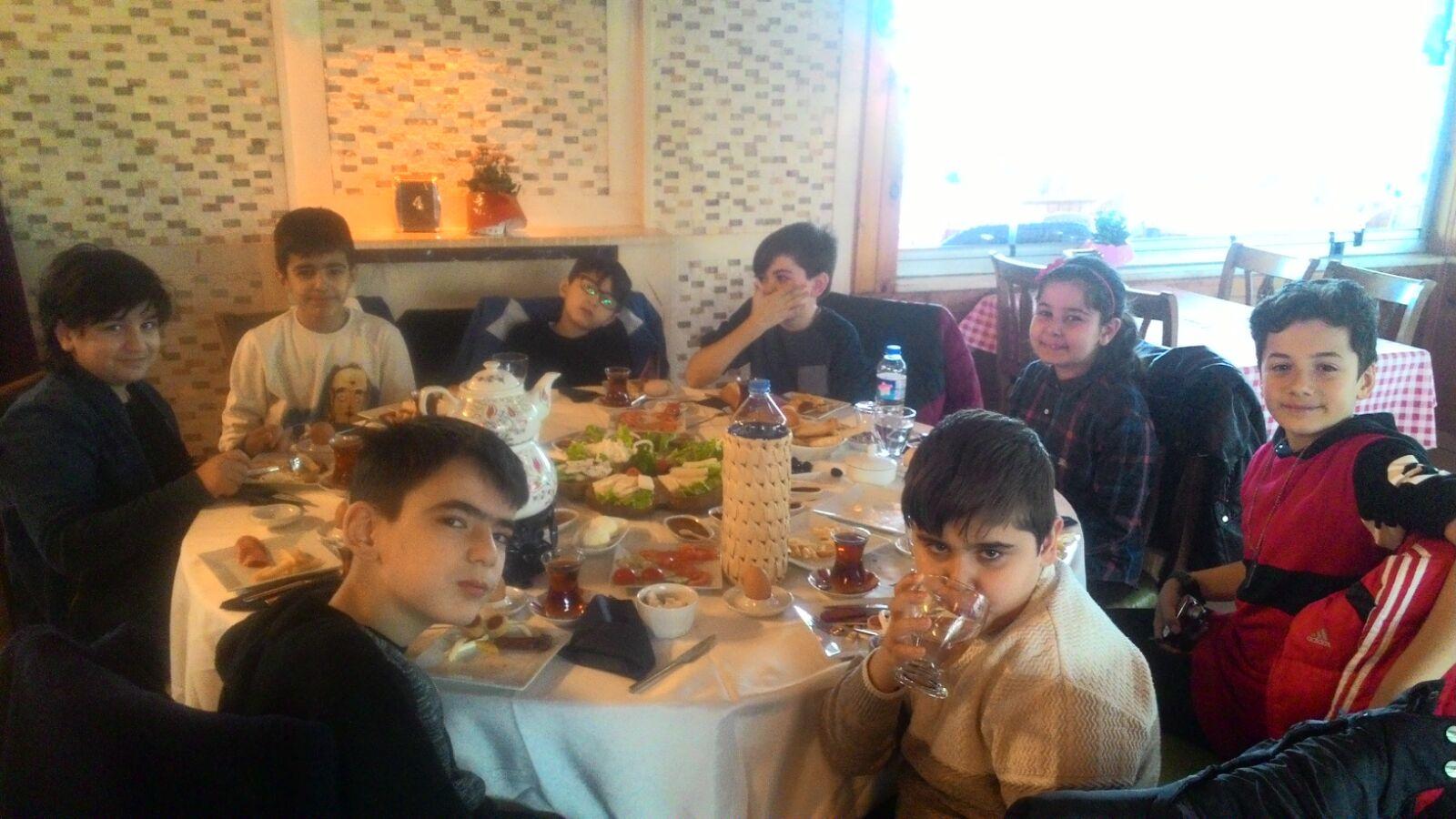 Okulumuz 5/A sınıfı hafta sonu yapılan kahvaltıda bir araya geldi.