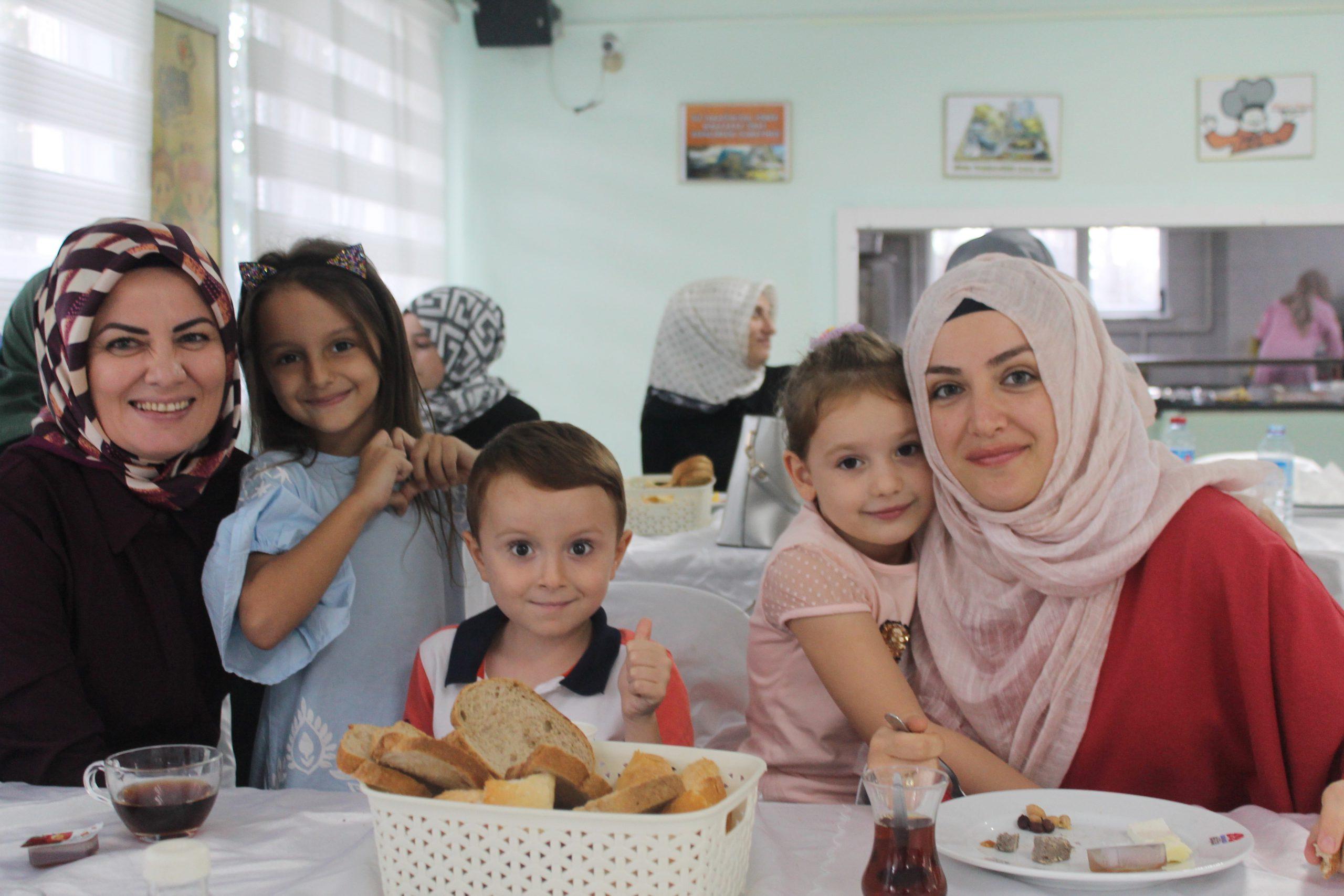 Yeni Eğitim Öğretim Yılına Başlayan öğrencilerimiz Ve Velilerimiz ile Kahvaltıda buluştuk.